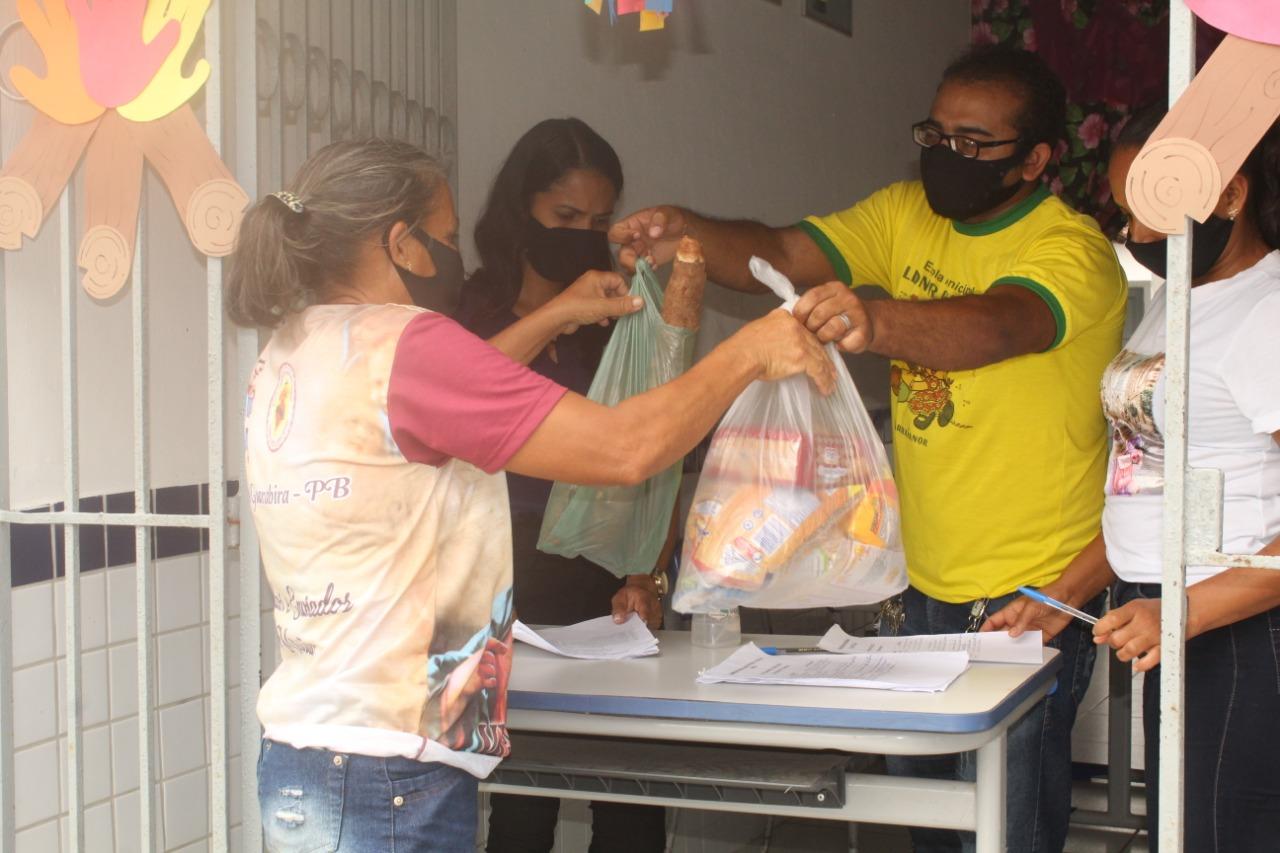 """Secretaria de Educação realiza mais uma entrega de kits """"Merenda Escolar"""" para alunos da rede municipal de ensino"""